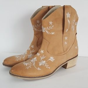 Kurt Geiger Carvela size 41  Embroidered Booties